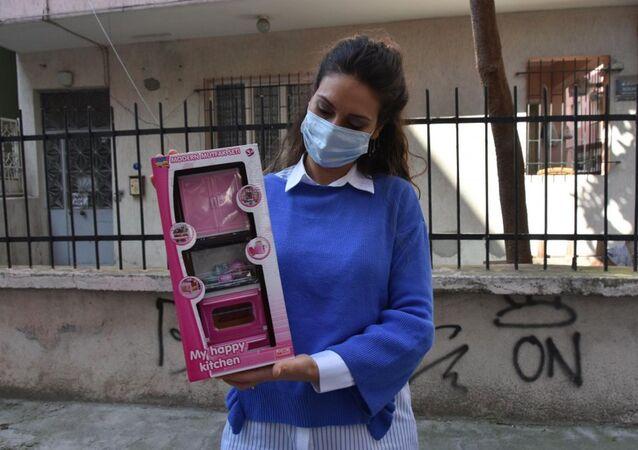 İnternetten satın aldığı fırın yerine oyuncağını alan Selin Çamlıtepe