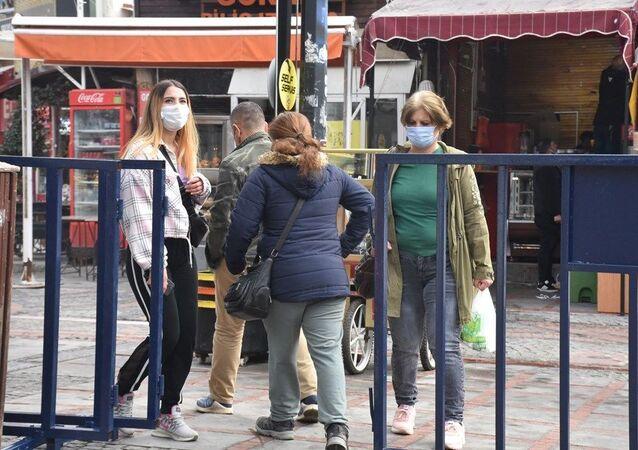 Çok yüksek riskli Edirne'de iki caddeye girişler bariyerlerle kapatıldı