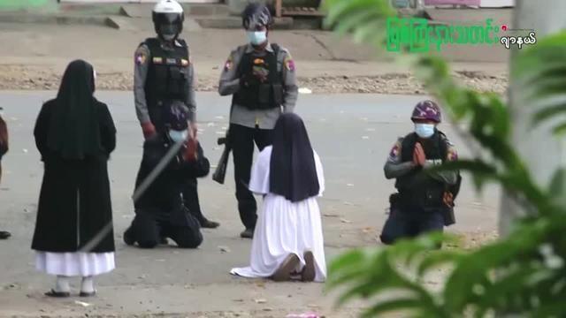 Myanmar'daki askeri darbenin ardından darbe karşıtlarının düzenlediği gösterilere yönelik polis şiddeti devam ederken, gösteriler sırasında bir rahibe şiddete karşı polisin önünde diz çöktü.