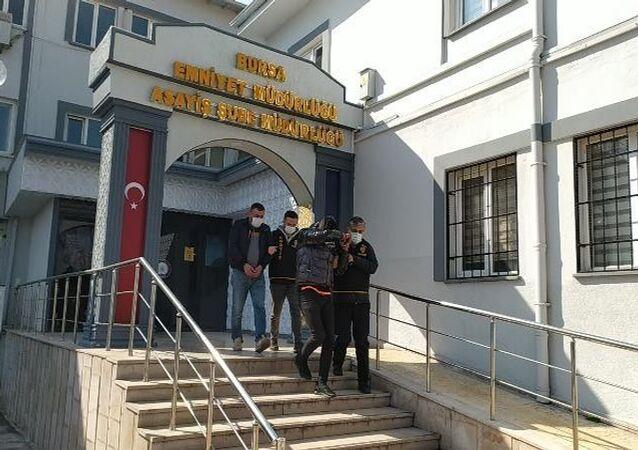 Bursa'nın Yıldırım ilçesinde, bir kadının sokakta darp edilmesine ilişkin gözaltına alınan 2 kişi serbest bırakıldı.