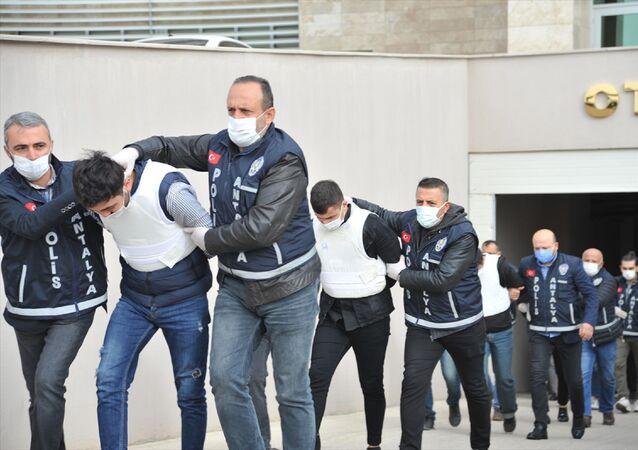 Antalya'da 4.5 aydır kayıp olarak aranan 20 yaşındaki Mervenur Polat'ın ölü bulunmasıyla ilgili gözaltına alınan şüpheliler adliyeye sevk edildi.