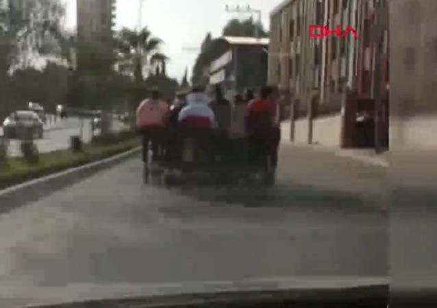 Adana'da patenli 11 çocuk trafiğe aldırmadan bir otomobil arkasında seyahat etti