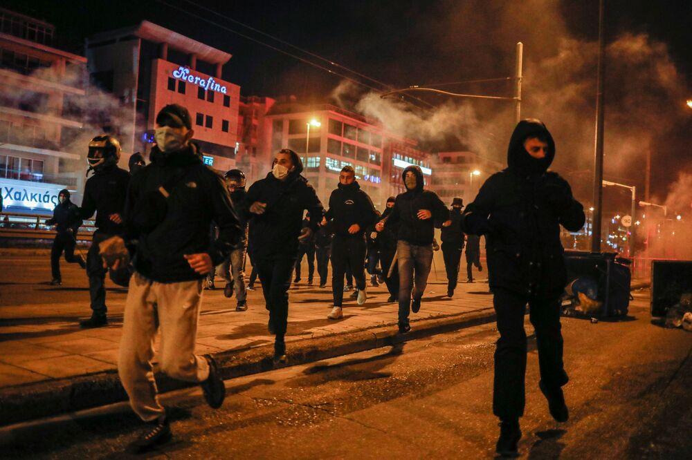 Eylemcilerin başkent sokaklarındaki mağaza ve kamuya ait çok sayıda binaları yağmaladığı ifade edildi