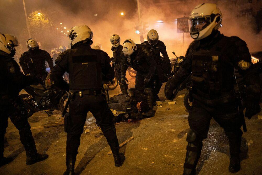 Yunanistan'ın başkenti Atina'da polis şiddetini protesto etmek amacıyla Salı akşamı düzenlenen gösteri sırasında çıkan olaylarda, biri ağır olmak üzere üç polis yaralandı