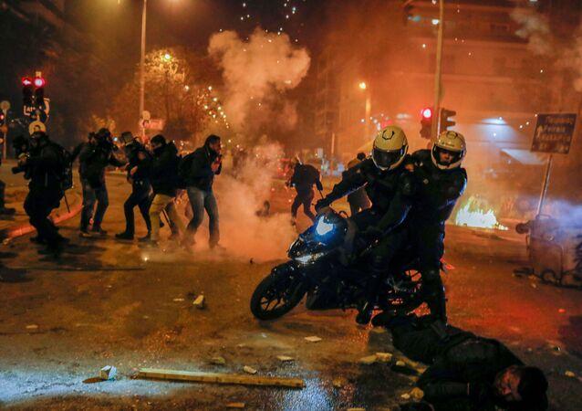 Atina'da Nea Smirni Meydanı'nda toplanan ve aralarında öğrencilerin de bulunduğu 5 bin kişi, polisin aşırı şiddet kullanımını protesto etmek için eylem düzenledi