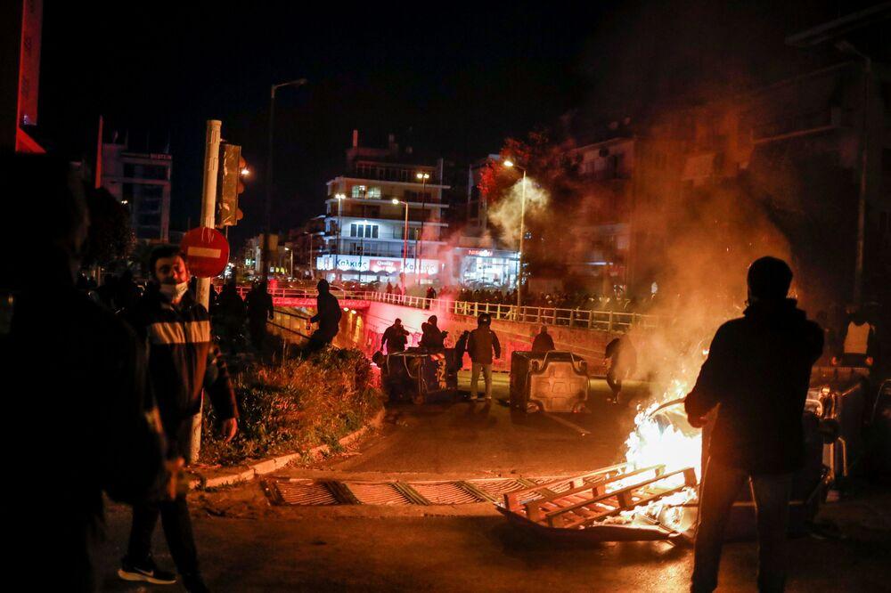 Göstericilerin caddelerdeki çöp bidonlarını ateşe vermesi nedeniyle çok sayıda araç ve iş yeri zarar gördü
