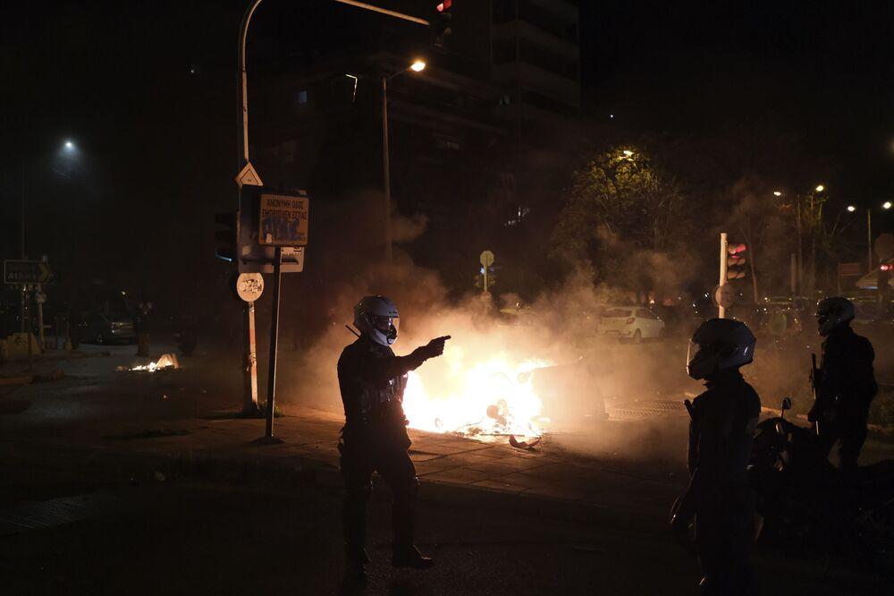 Yunan basınında yer alan haberlere göre, Pazar günü polisin darbettiği kişinin izinsiz gösteri yapmak istediği, bazı eylemcilerin ise kişinin koronavirüs kısıtlamalarına uymadığı gerekçesiyle polis şiddetine maruz kaldığı ifade edildi