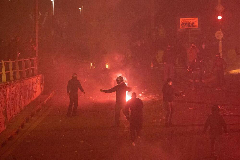 Çevrede yoğun güvenlik önlemi alan polis, yüzleri maskeli gruba göz yaşartıcı gaz ve ses bombalarıyla müdahale etti