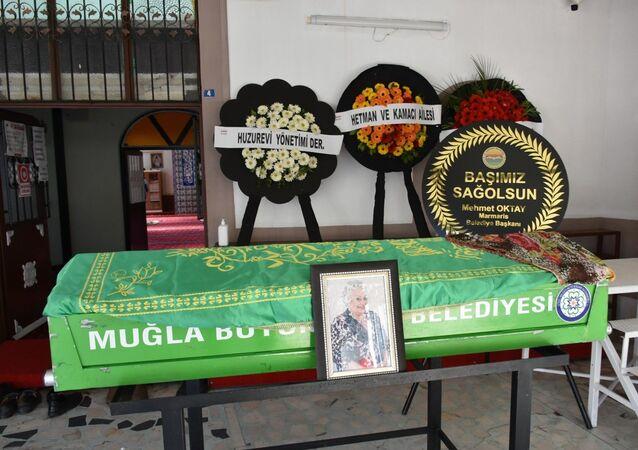 Ünlü tiyatro, sinema ve seslendirme sanatçısı Altan Karındaş, Marmaris'te düzenlenen törenle toprağa verildi.