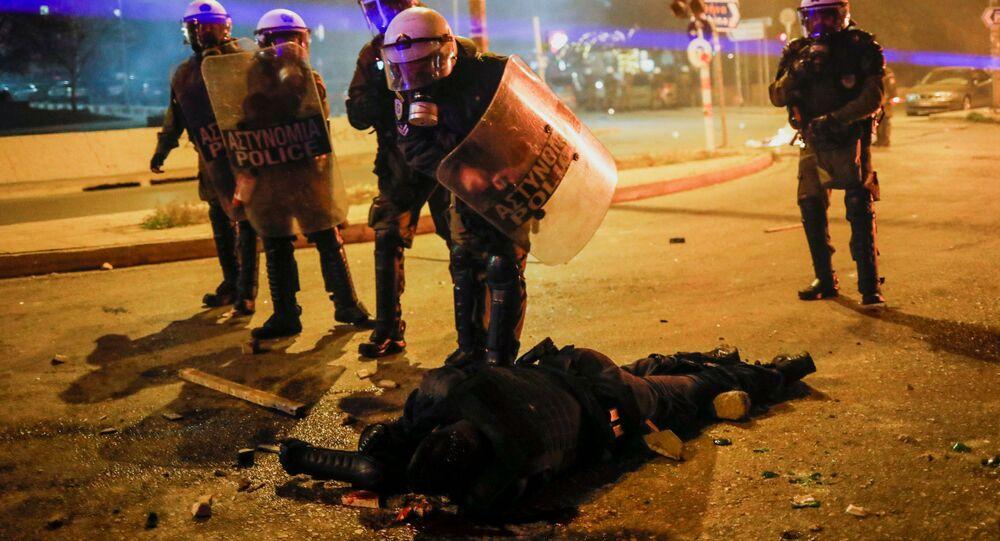 Atina'da çatışmaya dönüşen protestoda Yunan polis memurları dövülüp kanlar içinde yerde kalan arkadaşlarını hastaneye kaldırdı.