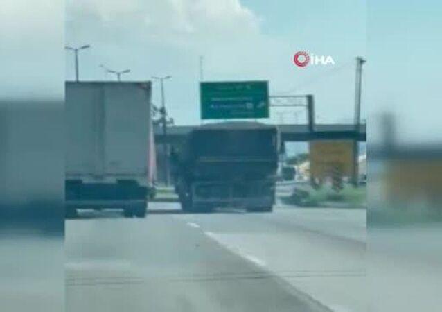 Eşini öldüren kamyonun kaçmasını önlemek için 32 kilometre boyunca asılı kaldı
