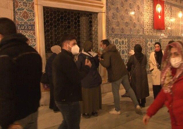 Eyüpsultan Camii ve Türbesi kısıtlamaya rağmen yoğunluk oluştu. Vatandaşlar aileleri ile birlikte türbeye gelerek dua etti.