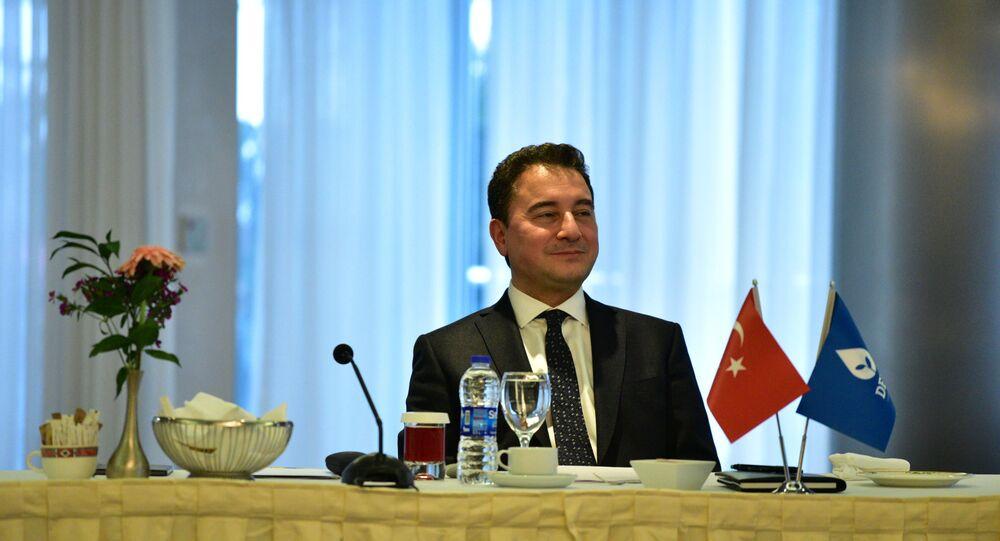Demokrasi ve Atılım (DEVA) Partisi Genel Başkanı Ali Babacan, partisinin birinci kuruluş yıldönümünde Ankara'da yazılı basın temsilcileriyle bir araya geldi. 10 Mart'taki buluşma Bilkent Otel'de gerçekleşti.