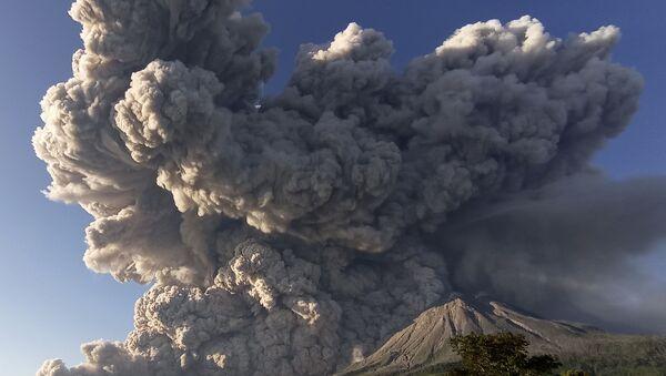 Endonezya'nın Sinabung Yanardağı yeniden kül püskürtmeye başladı - Sputnik Türkiye
