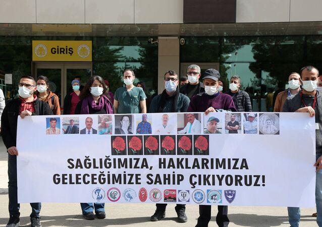 Dicle Üniversitesi Tıp Fakültesi önünde toplanan sağlık çalışanları