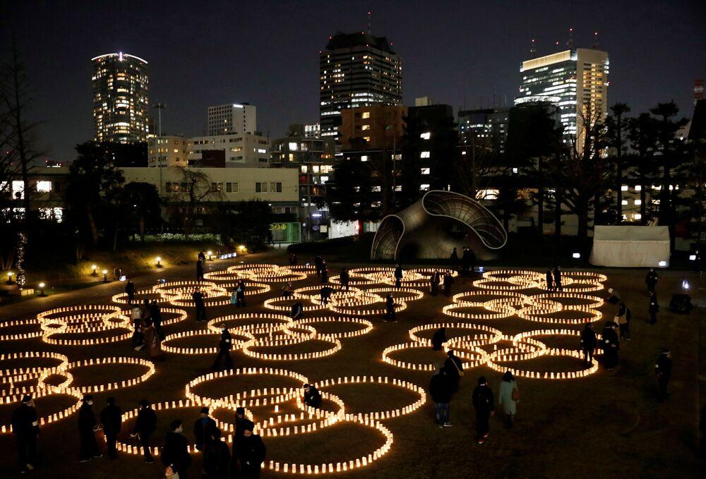 Depremin 10. yıl dönümünde başkent Tokyo'daki Japonya Ulusal Tiyatro'da bir anma töreni düzenlendi. Törene İmparator Naruhito, İmparatoriçe Masako, Başbakan Suga Yoşihide ve kabinesi, devlet yetkilileri, sivil toplum temsilcileri, afetzedeler, basın mensupları ve davetliler katıldı. Tören, depremin meydana geldiği 14.46'da bir dakikalık saygı duruşuyla başladı.
