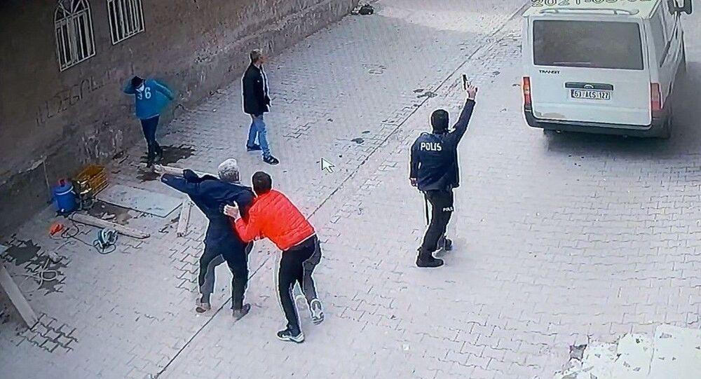 Şanlıurfa'da husumetlileri tarafından defalarca saldırıya uğrayan ve başlarına ödül konulduğunu iddia eden aile yardım bekliyor. Polisin sokakta nöbet tuttuğu sırada ailenin saldırıya uğradığı ve araçlarının kundaklandığı anlar güvenlik kamerasına yansıdı.