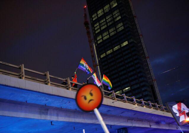 Polonya başkenti Varşova'da 8 Mart Dünya Kadınlar Günü'nde LGBT+ hareketinin simgesi gökkuşağı bayraklarıyla yürüyenler