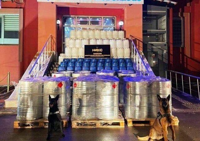 İçişleri Bakanı Süleyman Soylu, Hakkari Yüksekova'da yaklaşık 4 ton eroin üretimine yetecek miktarda 7 ton 420 kilo asetik asit ele geçirildiğini bildirdi.