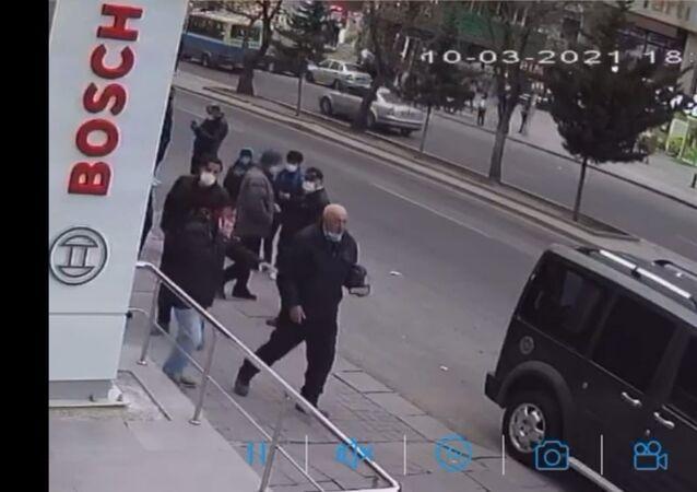 Ankara'da bir zincir market bayisinde küçük kız çocuğuna tacizde bulunduğu iddia edilen şüphelinin, duyarlı bir vatandaşın polisi aradığı esnada olay yerinden kaçışı güvenlik kamerasına yansıdı.