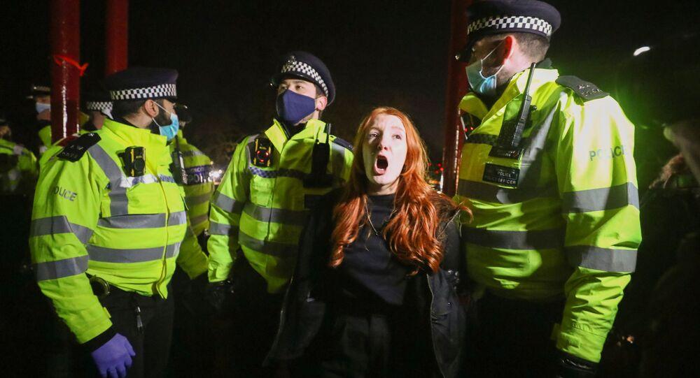 İngiltere'debir polis memurunun öldürdüğü SarahEverardiçin düzenlenen anma törenine polis müdahalede bulundu.