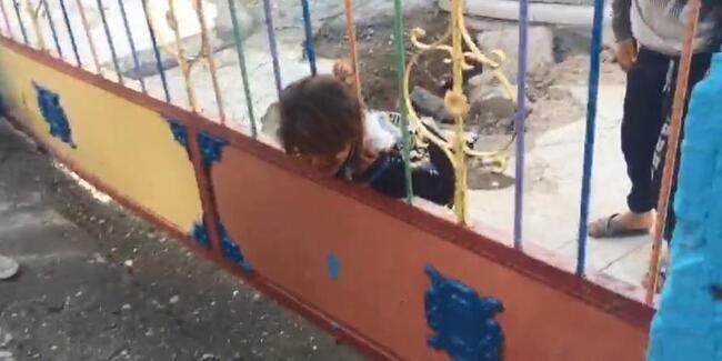 Şanlıurfa'nın Suruç ilçesinde okul bahçesinde oyun oynarken başı demir korkuluğa sıkışan kız çocuğu itfaiye ekiplerince kurtarıldı.