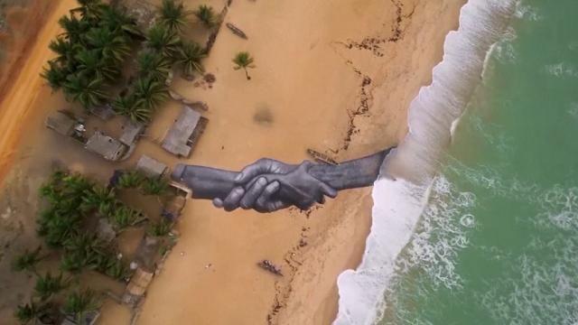 Saype adıyla bilinen Fransız sanatçı Duvarların Ötesi  projesi kapsamında, tuval olarak bu kez Benin'deki bir sahili kullandı. Sanatçı, birbirini sımsıkı tutan devasa el freskiyle, sahile dostluk ve birliktelik mesajı bıraktı.