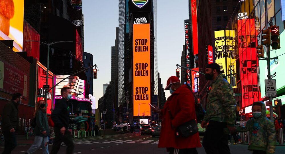 New York kentinin en ünlü bölgelerinden biri olan Times Meydanı'nda, Fetullahçı Terör Örgütü (FETÖ) ve Fetullah Gülen hakkında ilan yayımlandı. Şehrin en kalabalık mekanı Times Meydanı'nda bulunan dijital dev ekranda, Gülen'i durdurun şeklinde ifadelerin yer aldığı görüldü.