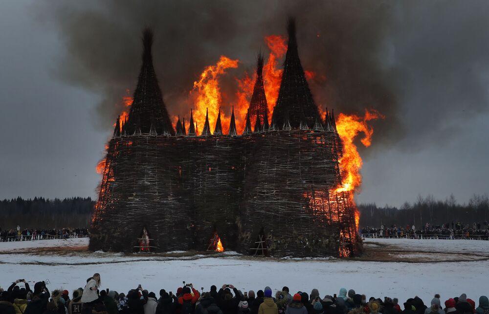 Bayram için inşa edilen 24 metre yüksekliğindeki dev kale meşalelerle yakıldı. Parkın ortasındaki kale ateşe verildikten kısa bir süre sonra alev topuna döndü.