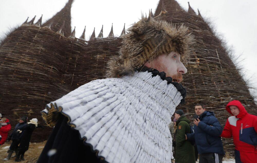 Rusların baharı karşılamak için kutladığı Maslenitsa Bayramı renkli görüntüler oluşturdu.