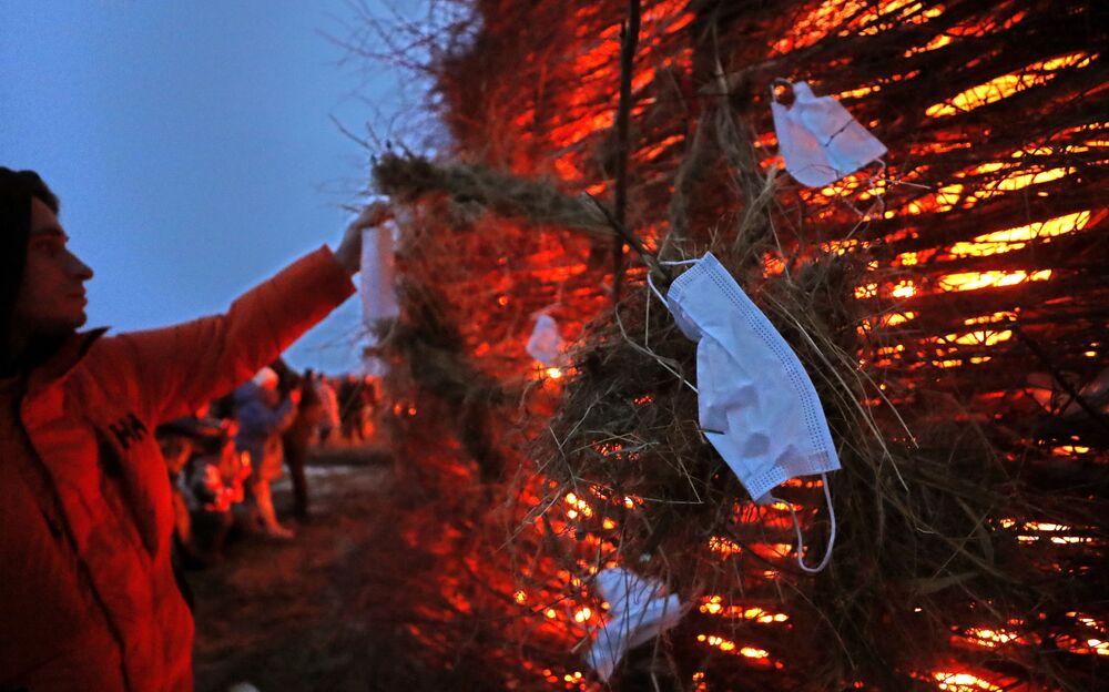 Kaluga bölgesindeki 'Nikola-Lenivets' sanat parkında düzenlenen kutlamaların teması bu yıl koronavirüsle mücadele oldu.
