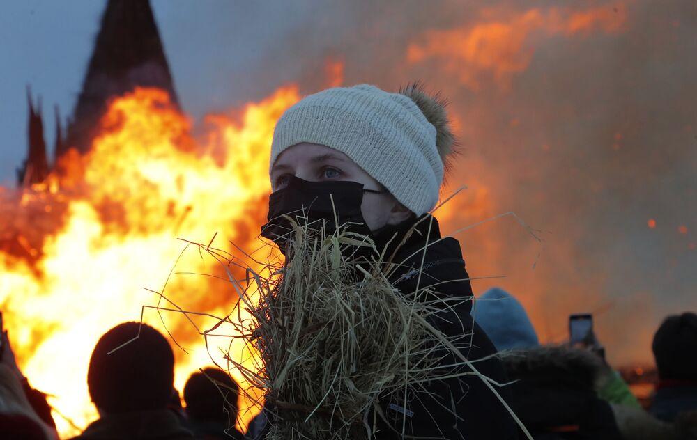 Rusya'nın birçok televizyon kanalı bu organizasyonu canlı yayınlarken, kiliselerde koronavirüs salgınının yok olması için dualar edildi.