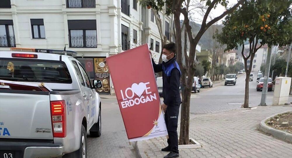AK Parti'den İzmir'in Selçuk ilçesinde Love Erdoğan pankartlarının kaldırılmasına tepki