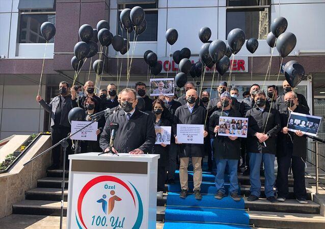Sağlık çalışanları, 14 Mart Tıp Bayramı etkinlikleri kapsamında, yeni tip koronavirüs (Kovid-19) nedeniyle hayatını kaybeden meslektaşları için anma töreni düzenledi.