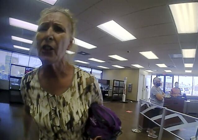 ABD'de, maske takmadan bankaya girmeye çalışan yaşlı kadın, yaka paça gözaltına alındı