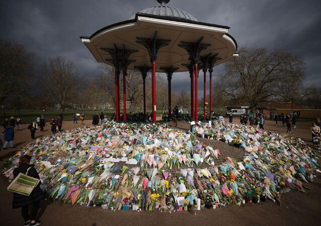 Londra'nın Sarah Everard'ın kaçırılıp öldürüldüğü Clapham Common semtinin açıkhava konser alanında oluşturulan anma yeri