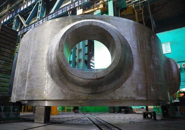 Rusya Devlet Atom Enerjisi Kurumu Rosatom'un mühendislik bölümü Atommash tarafından Akkuyu Nükleer Güç Santrali'nin (NGS) 3. güç ünitesi için nükleer reaktör üretimi çalışmalarına başlandığı bildirildi. Atommash, bu kapsamda reaktör basınç kabının üretimine geçti. Ekipman üretiminde, 3D tarayıcı ile yapılan ölçümler dahil olmak üzere muayene aşamaları tamamlandı. İşleme merkezlerinde, ilk koruyucu yüzey işlemi için boru ve flanş bölgesi çıtalarının mekanik olarak işlenmesi yapılıyor. Uzmanlar ayrıca, çekirdek acil soğutma sisteminin borularını da üretiyor. Kontrol önlemleri, yüzey kaplaması ve kaynak boruları ise daha sonra yapılacak.