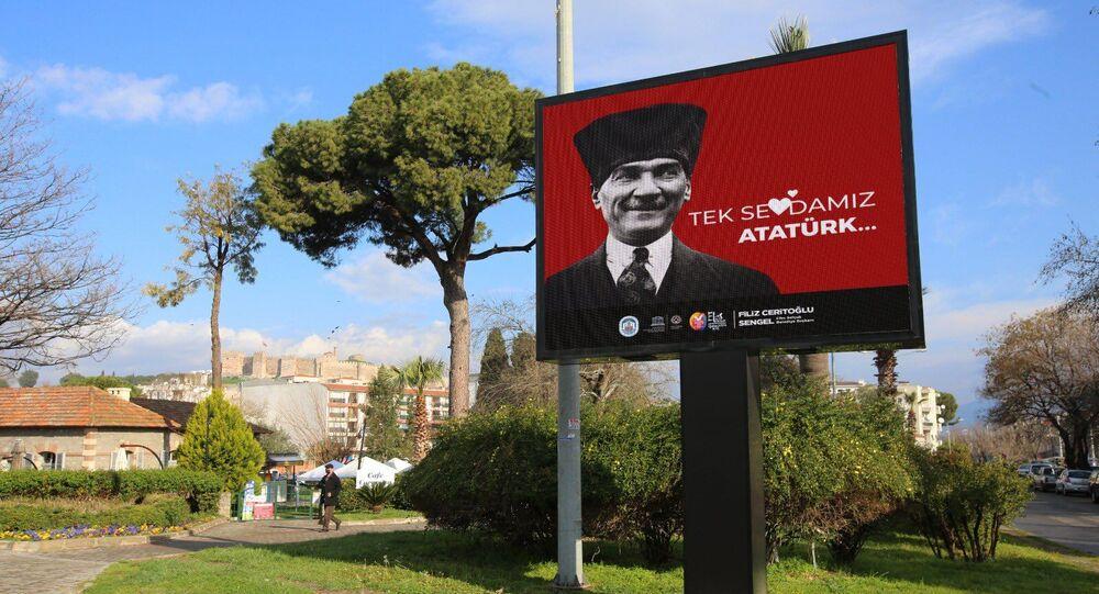 'Love Erdoğan' pankartlarını kaldıran Efes Selçuk Belediyesi, ilçeyi 'Tek Sevdamız Atatürk' afişleriyle donattı