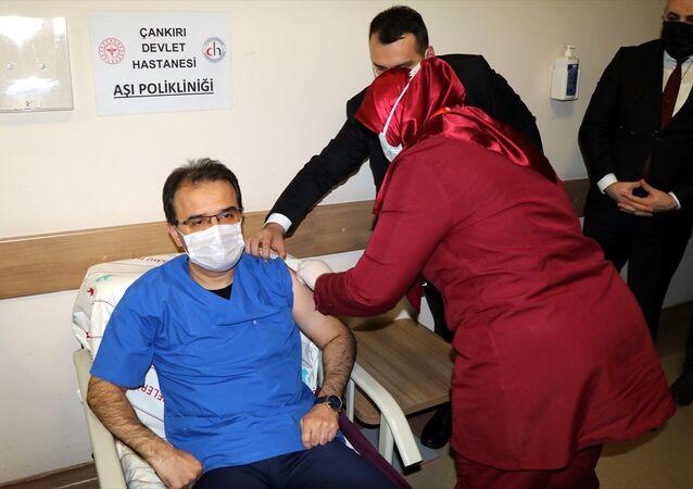 Çankırı Valisi Abdullah Ayaz, Çankırı Devlet Hastanesinde yeni tip koronavirüs (Kovid-19) aşısının ikinci dozunu yaptırdı. Ayaz, burada gazetecilere açıklamalarda bulundu.