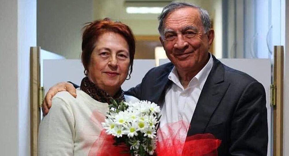 Seyhan Belediye Başkanı Akif Kemal Akay ve biyokimya uzmanı eşi Nesrin Akay