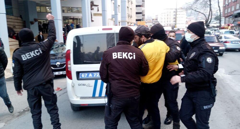 Zonguldak'ta işten çıkarıldığı iddia edilen temizlik işçisi, belediye önünde üzerine benzin döküp kendini yakmaya çalıştı.