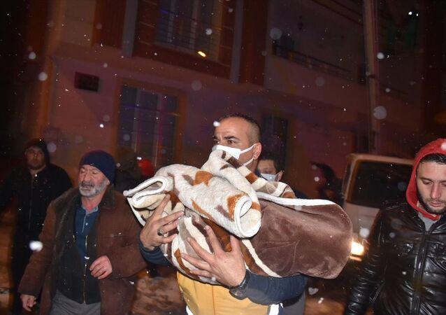 Kars'ta 6 katlı binada yangın paniği: 41 kişi dumandan etkilendi