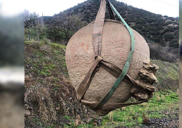 Antik dönemde saklama kabı olarak kullanılan 1.5 metre yüksekliğinde topraktan yapılmış küp 'Pithos'