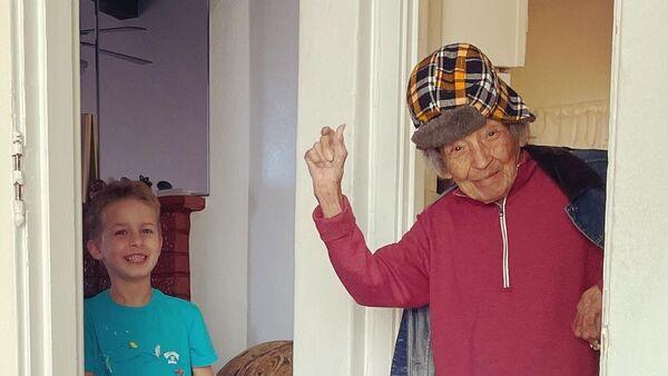 102 yaşındaki kadının torunuyla dansı viral oldu - Sputnik Türkiye
