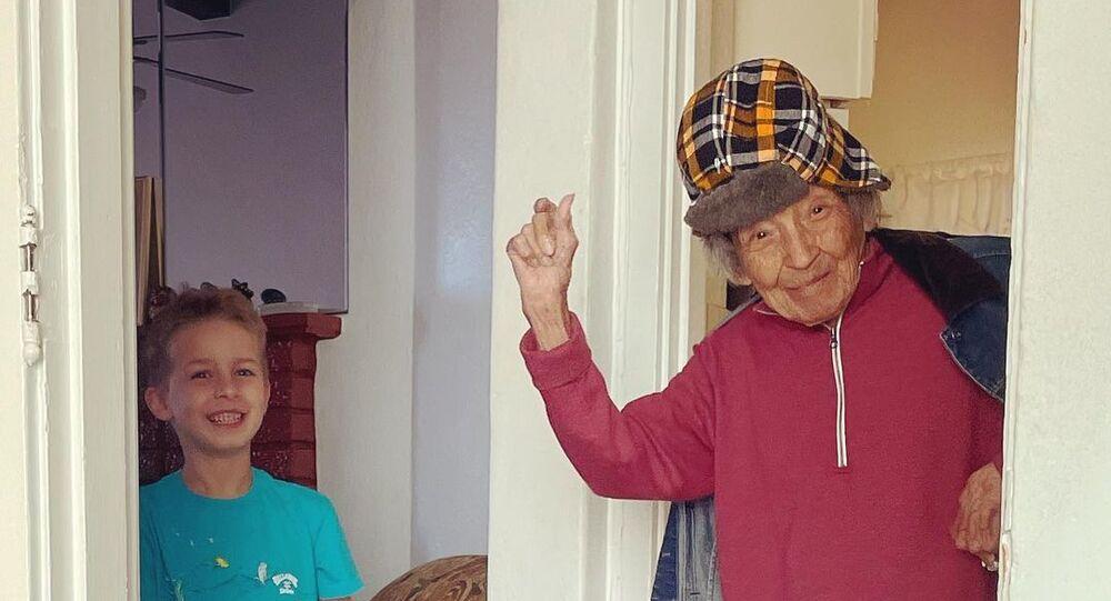102 yaşındaki kadının torunuyla dansı viral oldu