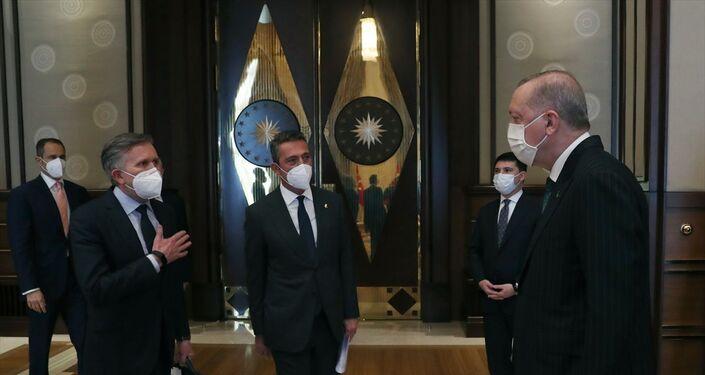 Cumhurbaşkanı Recep Tayyip Erdoğan, Cumhurbaşkanlığı Külliyesi'nde Ford Otosan Yönetim Kurulu Başkanı Ali Koç ve Ford Avrupa Başkanı Stuart Rowley'i kabul etti.