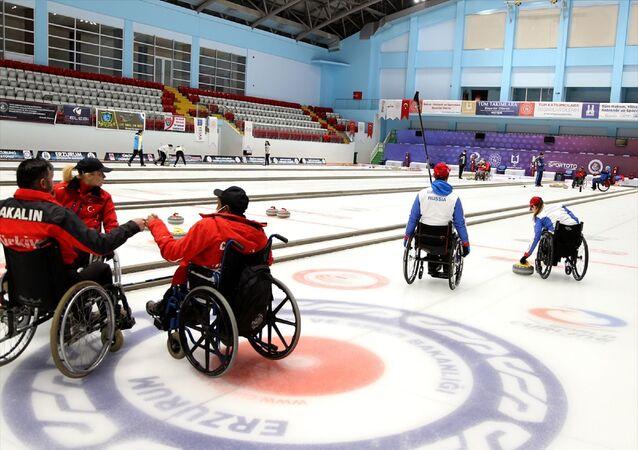 Türkiye Tekerlekli Sandalye Curling Milli Takımı, Rus Milli Takımı ile Erzurum'da ortak kamp yapıyor. Yakutiye Curling Salonu'nda Türk Milli Takımı Antrenörü Gökçe Ulugay ve Rus antrenör Anton Batugin yönetiminde devam eden kamp kapsamında sporcular, test atışları sonrası karma maç yaptı.