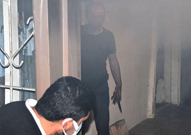 Evini ateşe verdi, müdahaleye gelen itfaiyeye ekibine bıçak çekti