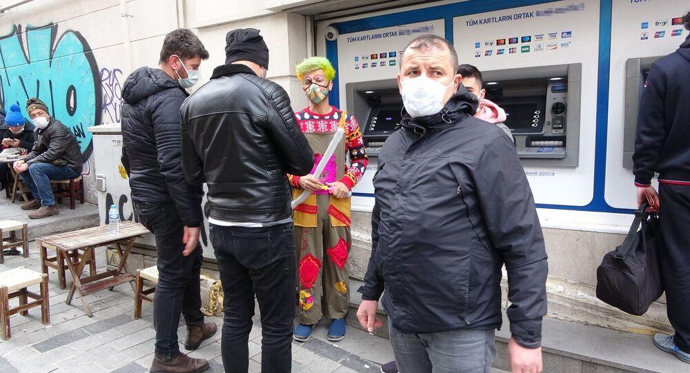 İstanbul Taksim Meydanı'nda palyaço kılığında dolaşıp turistlerle selfie çektiren kişi