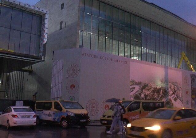 Atatürk Kültür Merkezi'nde henüz bilinmeyen bir nedenle asma tavan düştü, 4 işçi yaralandı.